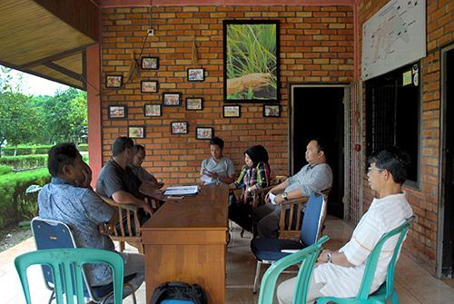 Rapat Kordinasi Badan Pembina, Badan Pengurus, Direktur Pelaksana, Manajer Program dan Kordinator Lapangan di beranda depan Sekretariat Yayasan di Pijoan, Jambi (FOTO: DOKUMENTASI MA),
