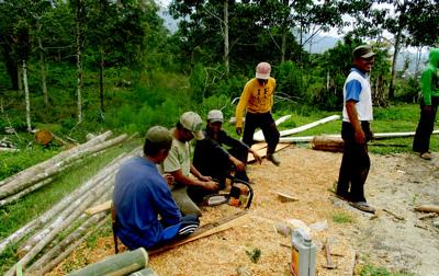 Para anggota Kelompok Tani Dusun Lubuk Tamiang menyiapkan bahan-bahaan kayu dan bambu membangun Pondok Belajar Petani di dusun mereka (FOTO: A. SYAIFUL ANSHORI).